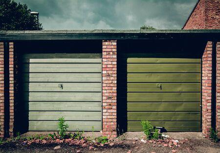 twee garages met groene luiken Stockfoto