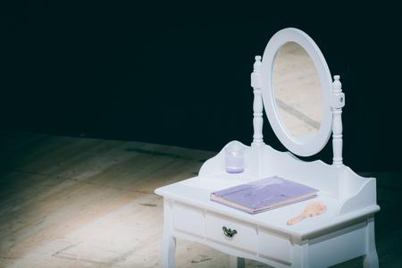 cremas faciales: Móvil de la vendimia con el espejo para las mujeres, para el cuidado de la belleza