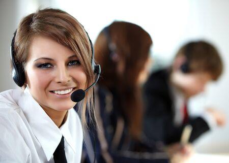 recepcionista: Representativo sonriente llamada centro mujer hermosa con auriculares.  Foto de archivo