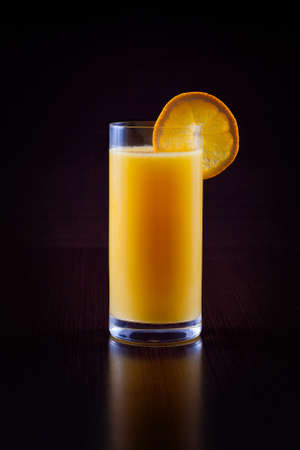 verre de jus d orange: Le jus d'orange sur fond noir