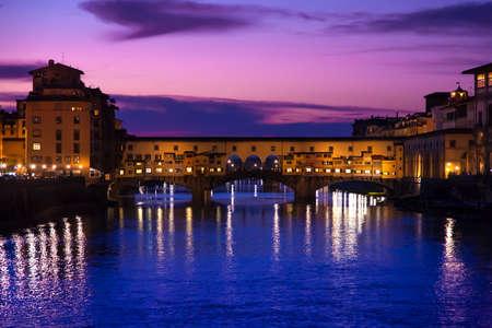 Nachtaufnahme am Ponte Vecchio, Florenz, Italien Standard-Bild - 19590922