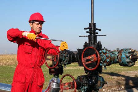 torres petroleras: Trabajador petrolero en el equipo de seguridad con la herramienta de mano de trabajo en equipo de perforaci�n petrolera