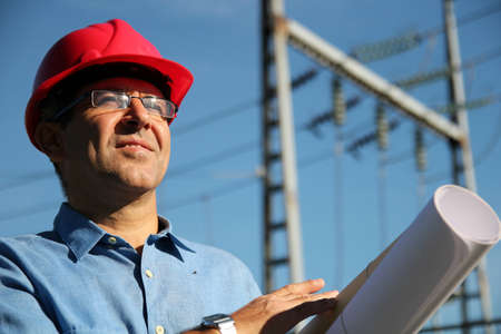 casco rojo: El ingeniero celebración de planos en una subestación eléctrica