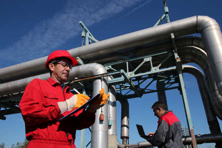 ingenieria industrial: Los ingenieros industriales trabajan juntos Foto de archivo