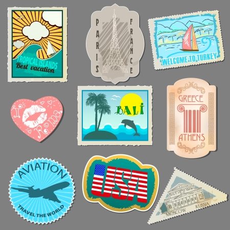 grey background: Conjunto de pegatinas para los viajeros. Etiquetas de papel para pegar a su equipaje. Aislados en fondo gris