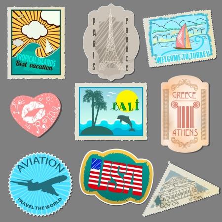 reise retro: Satz von Aufklebern für Reisende. Papieretiketten zum Aufkleben, um Ihr Gepäck. Isoliert auf grauem Hintergrund