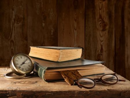 Vintage boek, brillen en horloges