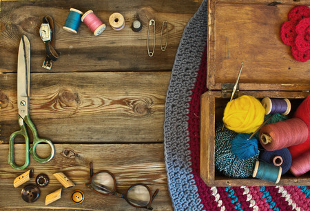 ミシン アクセサリー: はさみ、指ぬき、スレッド、サングラス、時計、ジュエリー ボックス、木製のテーブルの上