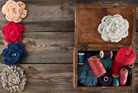 kit de costura: Caja de madera antigua con cuerdas