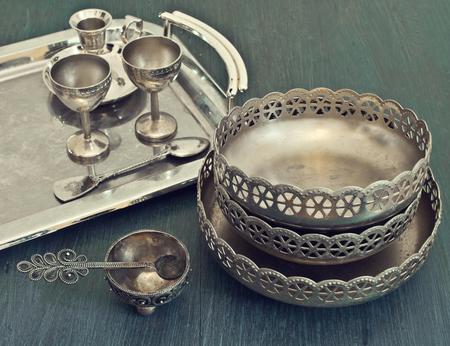 cubiertos de plata: viejos utensilios de plata en una bandeja