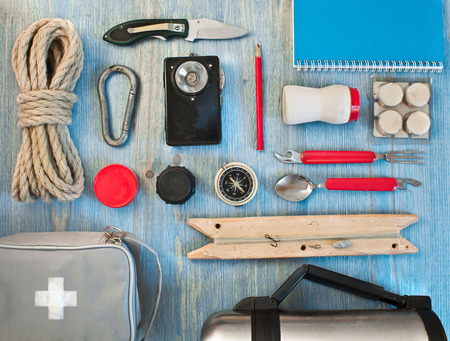 travel kit moderne reiziger scout op blauwe backpacken Stockfoto