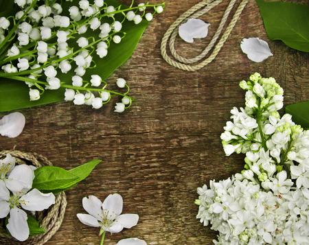 trompo de madera: Lirio de los valles, lila y la cuerda en una mesa de madera