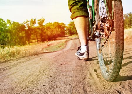 ダート トラック フォーカス ホイール トーニング効果上のレトロな自転車のクローズ アップ