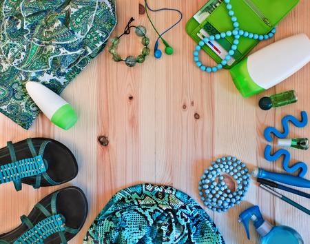 modieuze vrouwen kleding en accessoires in groene tinten Stockfoto
