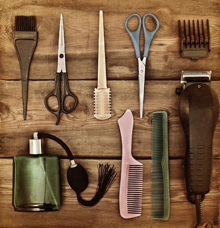 peluqueria: Accesorios de peluquería. Concepto retro. Tijeras y peines en una mesa de madera. viraje Foto de archivo