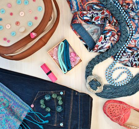 Modieuze dameskleding, schoenen en accessoires Stockfoto