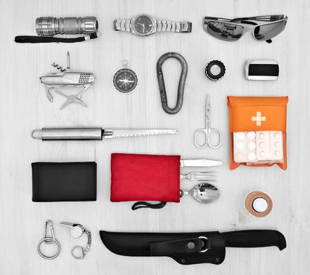 Essentials voor de reiziger, verkenner op een lichte houten achtergrond. Een set van toeristische Stockfoto