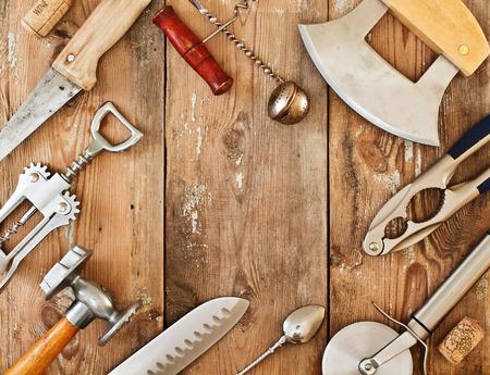 utensilios de cocina: Utensilios de metal y accesorios en una mesa de madera. Marco con accesorios de cocina
