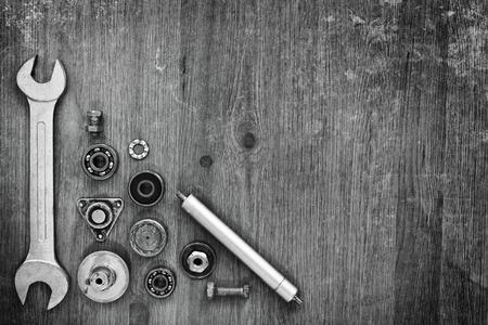 Moersleutel en machine-onderdelen op een grijze achtergrond. Stockfoto