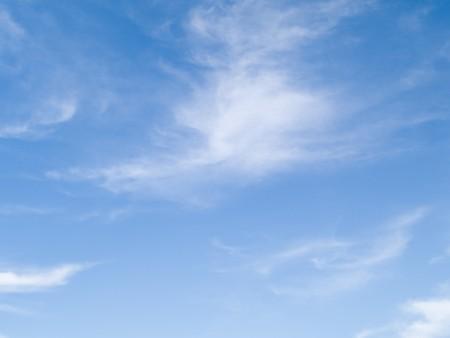 Stock Foto van een blauwe hemel met witte whispy wolken.