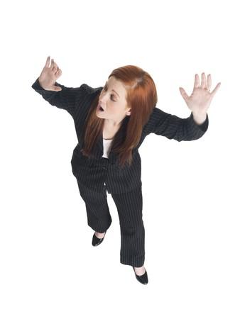 그녀는 멀리 실행으로 공황에서 그녀의 어깨 너머로보고 사업가의 스튜디오 샷 격리.