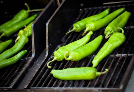 papryczki: Green Hatch chiles prażenia na grilla. Zdjęcie Seryjne