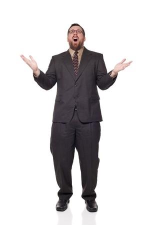boca abierta: Aislado disparo de estudio de longitud completa de la vista frontal de un empresario molesto con la boca abierta, levantar sus brazos en incredulidad como si renunciar.