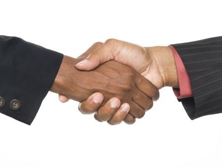 estrechando manos: Disparo de estudio de Isloated de una vista de portarretrato de un hombre estadounidense y mujer agitando las manos para sellar el acuerdo.  Foto de archivo