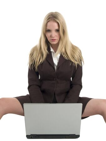 노트북 컴퓨터를 들고 세련 된 비즈니스 복장에 섹시 한 젊은 금발의 여자.