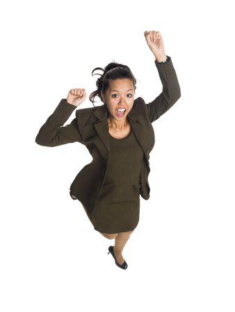 기쁨을 위해 점프하는 사업가의 전체 스튜디오 샷을 격리합니다.