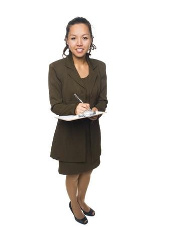 questionaire: Chupito de estudio de longitud completa aislado de una empresaria sosteniendo un portapapeles sin dejar de mirar a la c�mara.