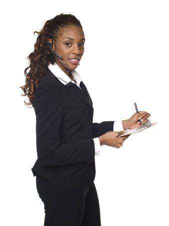 questionaire: Chupito de estudio aislado de una empresaria usando un tel�fono de auriculares y escribir en un Portapapeles.