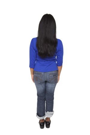Coup de studio isolé d'une femme Latina habillée négligemment face à la caméra. Banque d'images