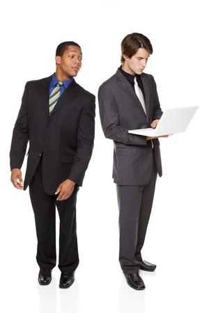 Studio isolé tiré d'un des hommes d'affaires snooping dessus l'épaule de l'autre homme d'affaires comme il pénètre dans son pasword sur son portable. Banque d'images - 8052891