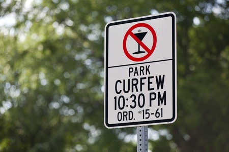 ordenanza: Una se�al de toque de queda en un parque de la ciudad Foto de archivo