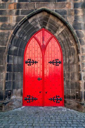 Red medieval wooden door Imagens