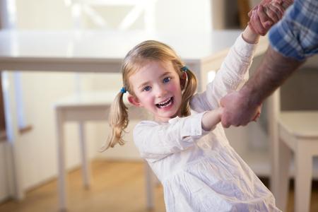 padre e hija: Baile de la ni�a e hilado con su padre en el hogar