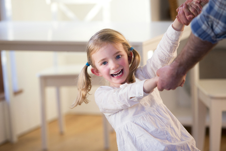 padre e hija: Baile de la niña e hilado con su padre en el hogar