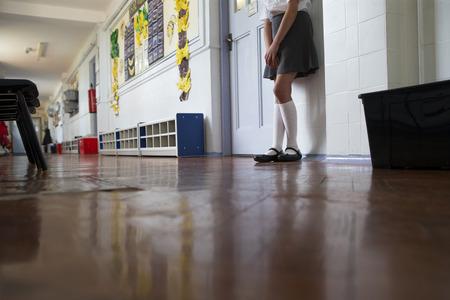 edificio escuela: Ni�a de la escuela Naughty se encuentra en el corredor despu�s de ser enviado fuera de clase.
