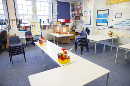 Een horizontaal beeld van een lege lagere school. De setting is typisch Britse. Stockfoto