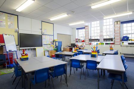 salon de clases: Una imagen horizontal de un aula de la escuela primaria vac�a. El entorno es t�picamente brit�nico. Foto de archivo
