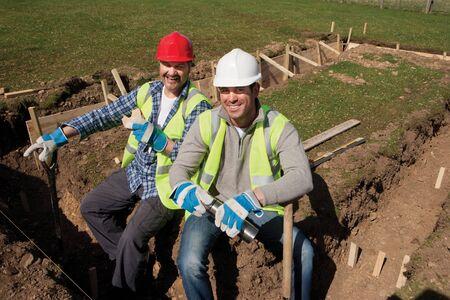 pause repas: Deux travailleurs de la construction m�les ayant une pause de d�jeuner ensemble