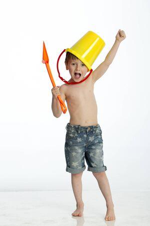 nude boy: Kleiner Junge imitiert ein Krieger mit einem Eimer und Spaten Lizenzfreie Bilder