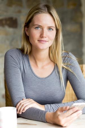 Portrét ženy s smartphone