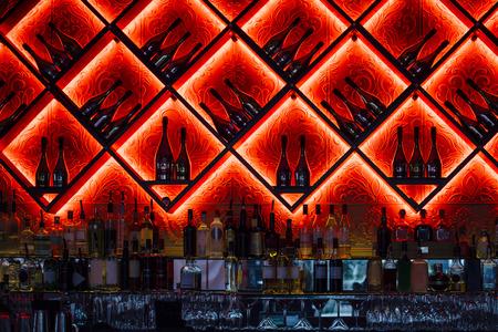 bebidas alcohÓlicas: Interior shot of an alcoholic drinks bar in a nightclub.