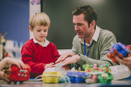 교사는 STEM 프로젝트를 통해 교실에서 초등 학생을 돕고 있습니다. 스톡 콘텐츠