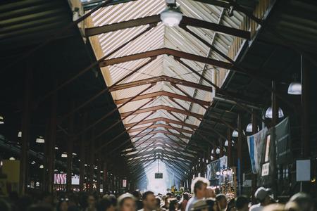 Hoge hoek die van de Koningin Victoria Market in Australië is ontsproten. Het is een drukke zomerdag.