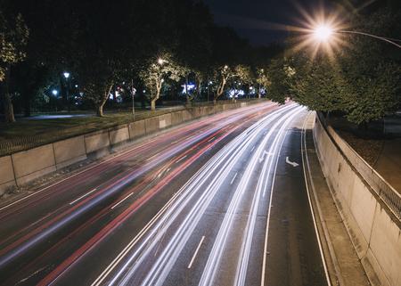 Langzame die sluitersnelheid van een weg in Melbourne, Australië wordt geschoten.