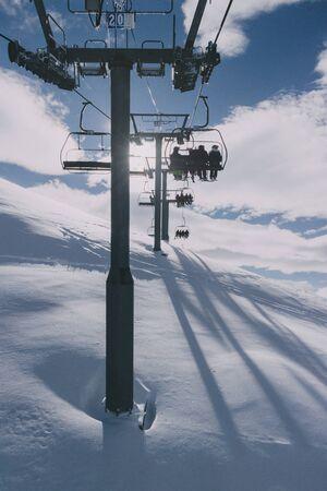 霧の日にスキー場のリフトの人。ラ ・ プラーニュ, フランス.