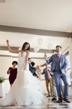 Pas getrouwd stel geniet van dansen met al hun gasten op hun trouwdag.